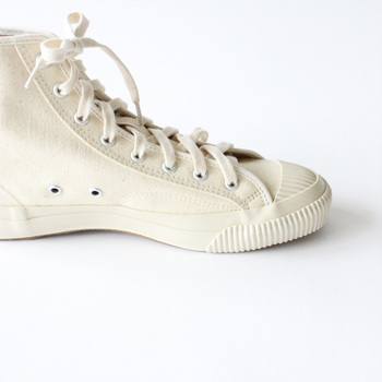 スニーカー本体とゴム底の境目には、補強のためにラバーテープが巻かれているとのこと。横方向の動きにも、耐久性抜群ですよ。とことん履きこなして、自分の足に馴染ませたいですね。