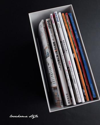 雑誌の冊数が少ないと沈んだりして折れ曲がってしまいがちですが、このように収納することですっきりとまとまります♪