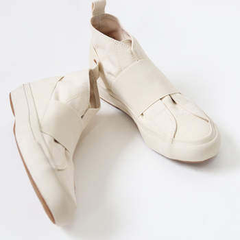 comfortableの省略形を冠したという、こちらの「COMFY(コンフィ)」。引っ張る、伸びる、縮む、そして、締まる――。日本製の平ゴムを使用し、「履くときの心地の良さ」がとことん追求されています。