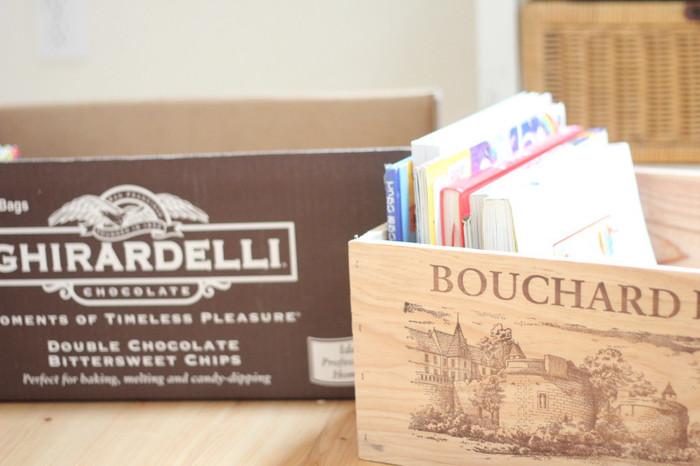 またすぐ読むからといって本をしまわずに放置すると、それが当たり前になってどんどん散らかっていきます。見た目がおしゃれなワインの木箱などを用意して、読みかけの本の一時置き場を作りましょう。
