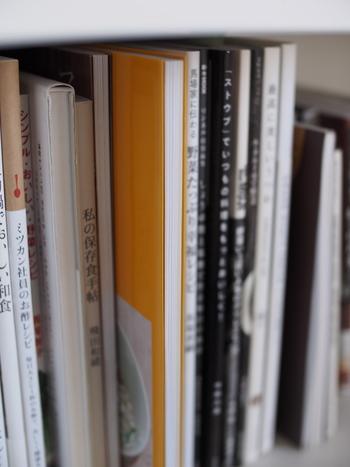 派手な色の本は背表紙を反対側に向けて収納すると、本棚の色が無彩色中心になって、すっきりとした収納に見えるのでおすすめです。