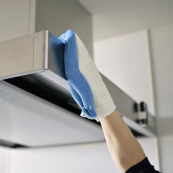 手にはめて、どこでもつかんで汚れが拭き取れるマルチクロス。蛇口や受話器、ノブ、置物など、拭きにくいものも手指でなでるように拭けるので簡単にきれいにできます。ニットとテックスが表裏になっており、場所によって反転させて使用。お掃除が、気持ちいいほどスピードアップしそう♪