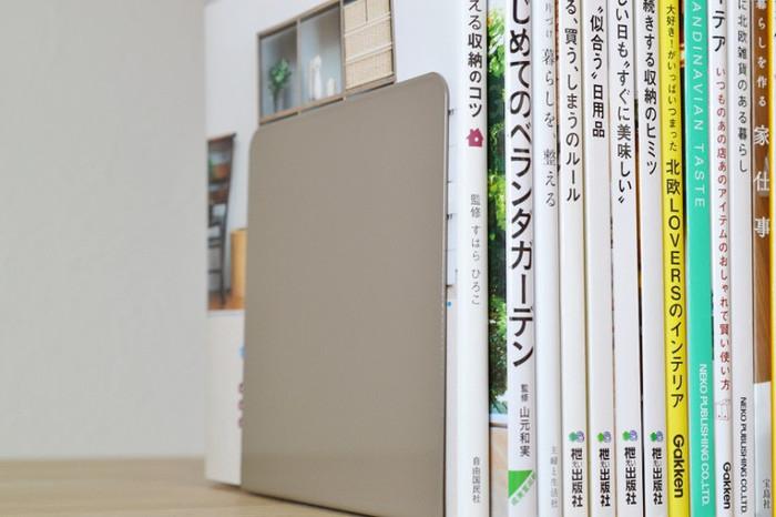 大切な本たちが倒れてしまわないよう、ブックエンドを活用してしっかり自立させましょう。そうすると、雑貨を飾るのにちょうど良い空間が生まれます。