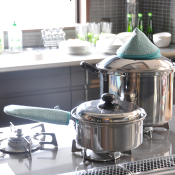 """フィンランドの発明家「リーレ・ノーバーグ」デザインの帽子のような鍋つかみ""""カッティラハットゥ""""と、鉄のスライパンの柄にすっぽりはめる""""スキレットホルダー""""。ペアで贈ると喜ばれそう。"""