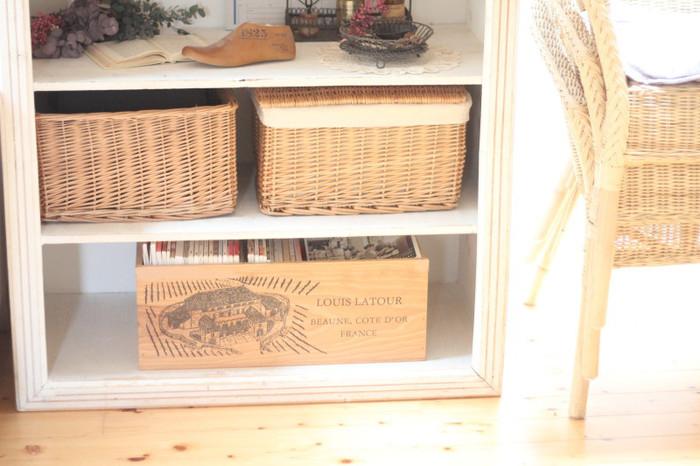 木箱は見た目もおしゃれなので、このように棚の下段に収納するだけですっきり見えます。これなら、読みたい時でもワンアクションで取り出せて便利ですね。