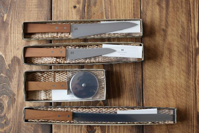"""岐阜県関市の老舗「志津刃物製作所」の""""morinoki(もりのきシリーズ)""""。手にした瞬間に思わずにっこりするような包丁を、という思いで生まれたシリーズです。無垢材の持ち手のぬくもりや、すっと刃が入り薄切りも得意な切れ味のよさが特徴。"""