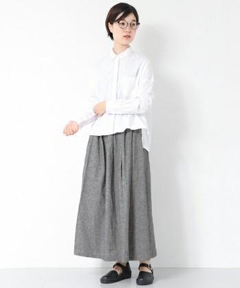 白×黒の細かなチェック柄のスカートは、コットンリネンのやわらかな風合いと程よいボリューム感が素敵。 シンプルな白シャツ、ストラップシューズをあわせて、キチンと見えるのに自然体です。
