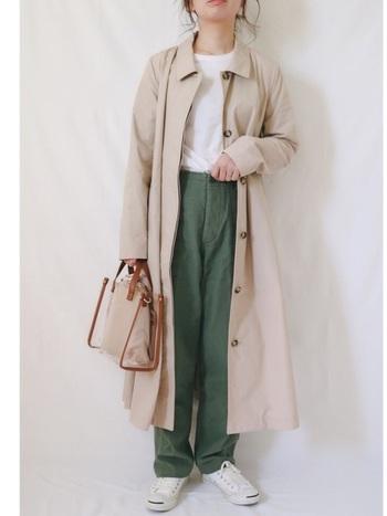 ロング丈のステンカラーコートもベージュをチョイスすれば軽やかに♪インナーはあえてシンプルな白トップスにし、ワイドパンツを合わせて抜け感を出すのが大人の着こなし。