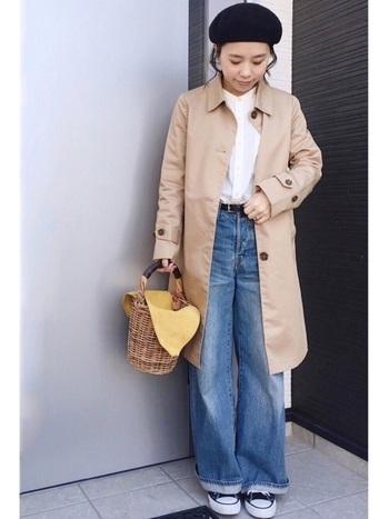 キチンと感のあるコートはベレー帽との相性抜群!スニーカー×ジーンズでちょっぴりはずすことで、こなれた印象となっています。