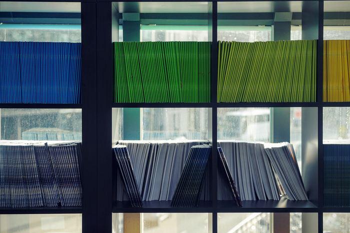 上段部分は本棚の大きさによっては、見えにくい・取り出しにくいという部分もあります。そんな時は、本を棚に戻すときに「これはどこだっけ?」と考えることなく、直感で片付けられるよう本を種類事に色別で分ける事をおすすめします。