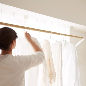 窓枠に取り付けて、必要なときだけ引き出せる便利な室内物干し。物干しを収納する必要がないので場所いらず。すっきりと収納されるので、邪魔になりません。これからの季節とっても役立ちそう。