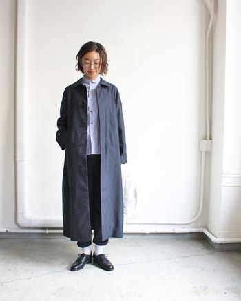 ネイビーやブラックなどのダークカラーのコートは、足元にホワイトのソックスを合わせると抜け感と軽さをダブルで演出できます♪