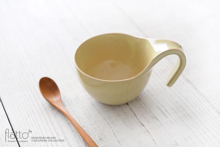 「トキノハ」は2009年に京都で、「清水大介」さんと「清水友恵」さんが設立した清水焼を提案するブランド。4人のつくり手さんたちが、全て丁寧にひとつずつ手作業で制作しています。お料理やドリンクが映えるように、控えめなデザインで仕上げられているのが特徴です。トキノハのテトラシリーズは、温かみがあるフォルムと優しい色合いが魅力。カフェのオーナーさんたちと一緒に生み出されたのだそうです。