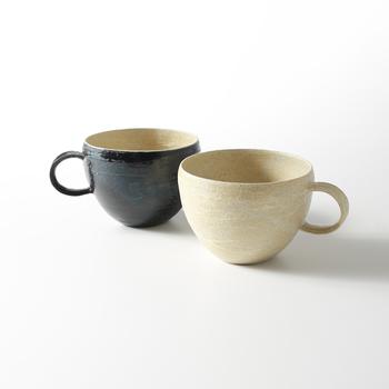 「杉田真紀(すぎたまき)」さんは、北海道札幌市で「Mano(マーノ)」という陶工房&ギャラリーを運営しながら、器を制作している陶芸作家さん。余計な装飾を施さず、手にしっくりなじむようなナチュラルな作品を展開しています。会社員時代に以前から興味があった陶芸教室に通い始め、念願の陶工房&ギャラリーをオープンさせたのだそうです。