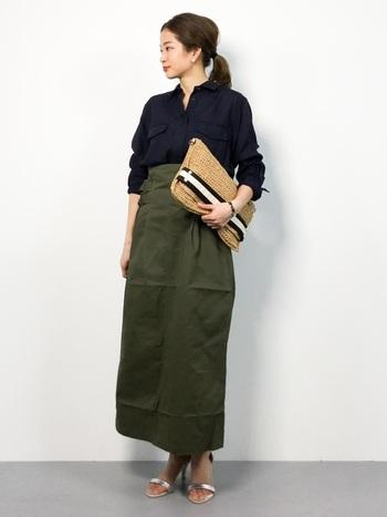 ネイビーのシャツにワークテイストのスカートを合わせるスタイルは、ヒールサンダルとタイトなシルエットで女性らしさをプラス。自然素材の明るめのクラッチバッグを持ってくることで重くなりがちなコーデに軽さが出ています。