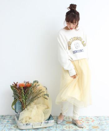 スポーティーなロゴ入りスウェットにチューリースカートを合わせ、今どきなテイストミックススタイルに。全身を明るいトーンでまとめると、爽やかな春らしさも漂います。