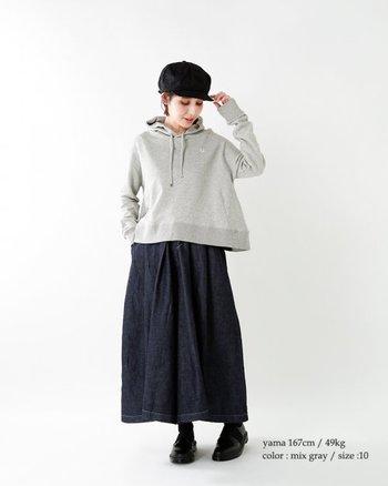 スウェットとデニムスカートでつくるコージーな着こなし。キャスケットとローファーは深いブラックにして、雰囲気を少しだけピリッとさせておきましょう。