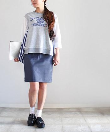 デザインに遊び心があるスウェットは、シンプルなタイトスカートでそのディテールを引き立てて。ソックス&ローファーで、ほんんりカレッジ風なルックに。