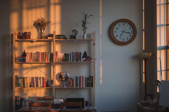 いかがでしたか?すっきりと仕分けをされて見た目も美しい本棚があると、本を選ぶのも楽しくなりますね。ほんのちょっとのコツでより使いやすく整理整頓ができますので、お気に入りの本だけを並べた《とっておきの本棚》を実現させましょう♪