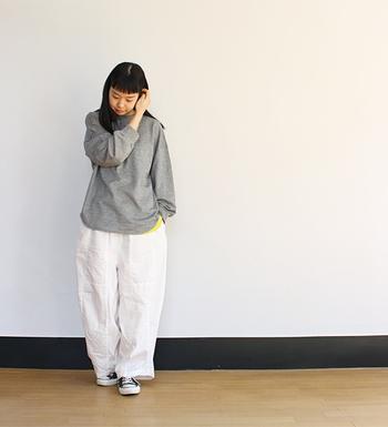 ふっくらとした膨らみが個性的なホワイトデニムは、シンプルなトップスでそのデザイン性を引き立てて。肩肘張らないコージールックにぴったりの一本です。
