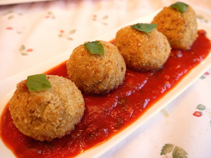 アランチーニとはライスコロッケのことで、イタリアのお総菜屋さんでは定番のメニューです。大人から子どもまで、世代を問わず喜ばれそう。