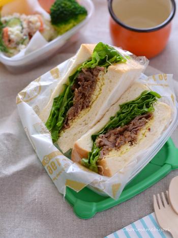 粒マスタードとはちみつでクセになる味付けのサンドイッチ。しっかりおなかいっぱいになりそう!