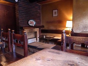 表参道の路地を入った場所にある「Cafe Les Jeux Grnie(カフェ レ ジュ グルニエ)」は、趣あるレトロなカフェ。木とレンガが印象的な店内は、とても落ち着いた雰囲気。
