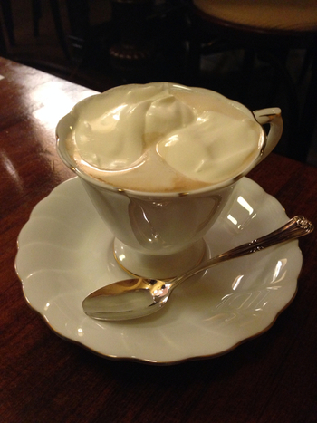 """ウィーン風のコーヒーという意味を持つ""""ウィンナーコーヒー""""。でも実は本場ウィーンでは生クリームではなく、泡立てたミルクが使われているんだとか。ふんわりと甘いウィンナーコーヒーは、日本独自のドリンクだったんです!"""