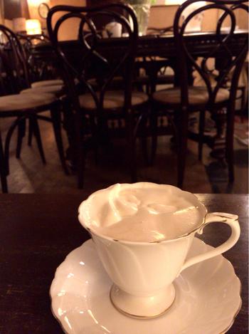 昭和の香りいっぱいの店内でいただくウィンナーコーヒーは、また格別。シンプルな中にもエレガントさを感じるカップも、お店の雰囲気にぴったり。しっかりとコクのあるコーヒーをクリームが包み込み、まろやかな苦みが。