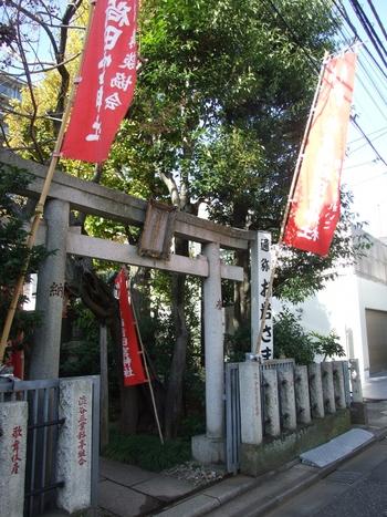 """東京の指定史跡にもなっている""""於岩稲荷田宮神社""""。独特の不思議な雰囲気の漂うこの神社は「東海道四谷怪談」で有名なお岩さんをお祀りしていることで知られています。"""
