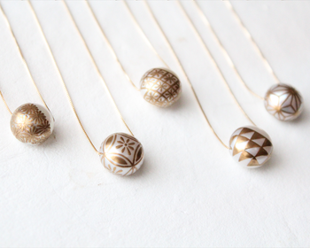 パールとゴールドを組み合わせた上品なネックレスは、カジュアルからオケージョンスタイルまで、様々なコーディネートをより魅了的に引き立ててくれます。和柄は「麻の葉」・「鱗紋様」・「菊」・「花格子」・「業平菱」の5つのデザインがあり、いずれも日本で古くから親しまれている伝統柄です。日々の装いに合わせて、ぜひお気に入りの柄を選んでみてはいかがでしょう。
