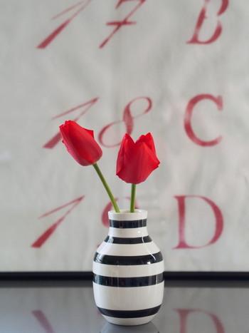 ケーラーのオマジオはそこに置いてあるだけでも絵になる美しいフォルムの花器です。葉っぱをなくして、お花の部分だけになったチューリップは清々しい印象をもたらしてくれます。