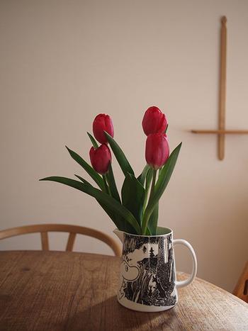 ムーミンのピッチャーもチューリップの花器にぴったりのうつわです。ムーミンの愛らしい世界観にチューリップはよく似合います。