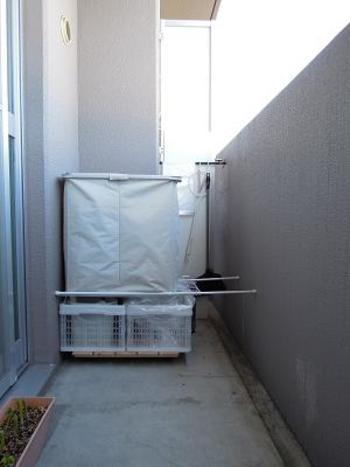 つっぱり棒を2本設置することで、上下に収納スペースを確保することができます。お部屋の外に出しておきたい、ゴミなどの片づけ場所にぴったりです。