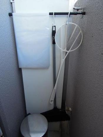 部屋を清潔にキープしたいなら、お掃除をする場所に掃除道具を収納するのが鉄則。わざわざ別の場所から取り出す手間を省けるので、気づいた時にササっとお掃除できます。お部屋に持ちこみたくないベランダ用の掃除道具は、つっぱり棒を使ってベランダに賢く収納♪