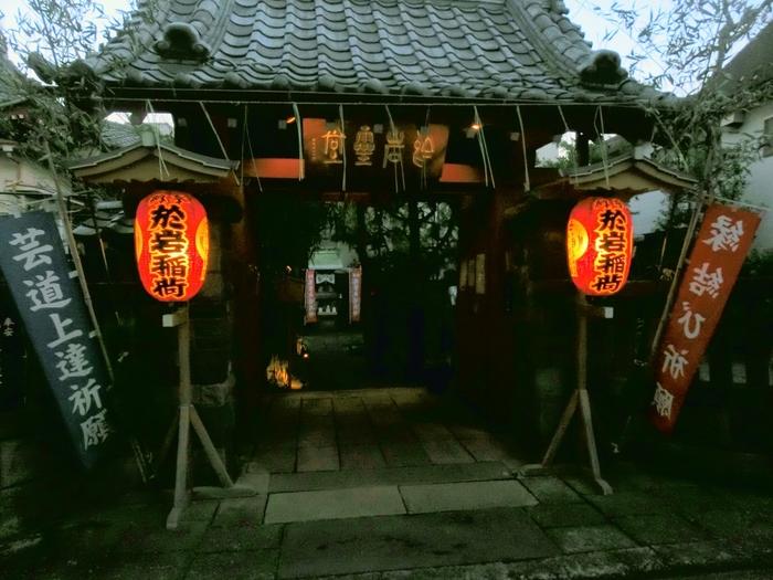 夫への恨みを幽霊となって晴らしたとされるお岩さんですが、実はいうと江戸時代に実在した働き者の主婦がモデルとなっており、とても聡明で美しい人だったそう。この神社のある場所も元々お岩さんの自宅があった場所で、現在もお岩さんの子孫にあたる方が神主を務めておられます。