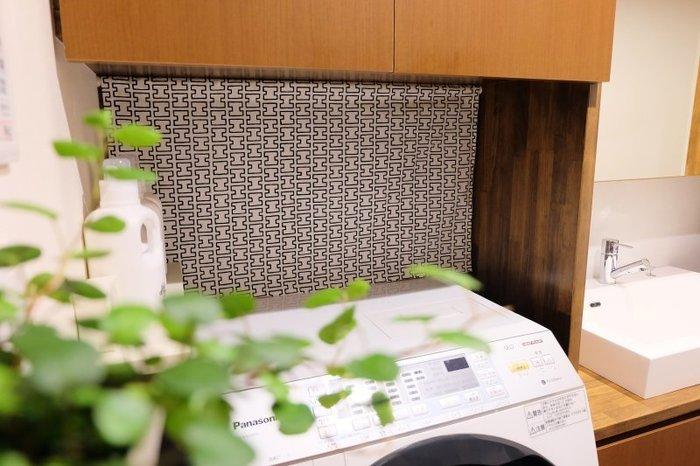 ファブリックの裏側は見えない空間に。吊るす収納などを活用して、掃除道具など見せたくないアイテムも隠すこともできます。隠す収納が簡単に叶えば、収納アレンジの幅も広がりますね◎