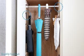 玄関で意外と困るのが、傘の収納場所。傘立てを設置すると場所を取ってしまいますよね…。シューズボックスにつっぱり棒を取り付ければ、傘立ていらずの隠す収納に。傘だけでなく、お掃除道具なども収納できそうです♪