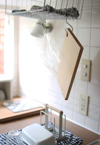 まな板は、乾きにくいキッチンアイテムのひとつ。S字フックを利用すれば、収納と水切りが同時に叶います。ふきんなどを使わずに清潔に保ちたいジッパーなども、Sフックを活用すれば手軽に乾かすことができますね◎