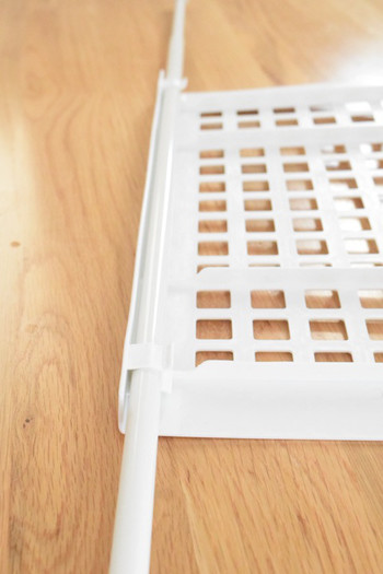 100均のつっぱり棒と専用のシェルフを使って、シューズクローゼットの収納力をアップ♪シューズクローゼットだけでなく、キッチンやトイレなどにも活用できます。