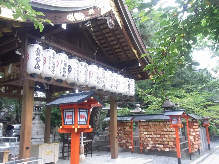 また「縁切り縁結びセットお守り」は京都土産としても大人気。八坂神社や清水寺にも近い場所にあるので、京都観光がてら立ち寄ってみてはいかがでしょうか?なんと24時間参拝可能(※社務所は9:00~17:30まで)ですので、人目が気になる方は夜間のお参りもオススメです。