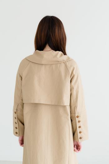袖口には沢山のボタンが付いているので、後ろから見た時のコートの表情も素敵です。