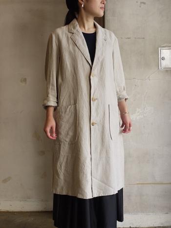 京都で続く日本最古のリネン専門の機屋さんのリネンキャンバス素材を使用したオーバーコート。着こむほど、リネン特有の風合いが出て愛着の湧く1枚となってくれます。