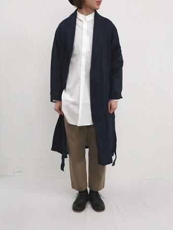 ふんわり柔らかなソフトリネンを使用したローブコート。とても軽くサラッとした着心地なので、夏まで着れるアウターです。