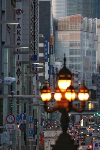 重要文化財に指定されている歴史的な建築物と、新しい商業施設とが入り交じったその風景は、どこか昔懐かしい雰囲気を感じさせます。 日本経済の中心として発展してきた「日本橋」は、日本の中心エリアとしてふさわしい、まさに活気あふれる街として、今もなお注目されています。