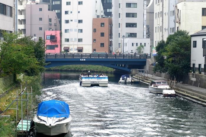 日本橋の地へ訪れたら、おすすめなのが、船で名所を巡る「日本橋クルージング」。日本橋川、隅田川をめぐる45分のコースが人気となっています。クルージングは、日本橋のすぐ脇にある日本橋船着場からスタートし、隅田川に架かる橋を眺めながら、八丁堀界隈を経由し、戻って来るコース。日本橋、清洲橋、永代橋といった、日本橋周辺の川を代表する名所を巡る、楽しいコースとなっています。予約なしでも利用することができ、大人1,500円、子ども800円と、お手軽価格なところも魅力のひとつです。川辺から日本橋の街並みを眺めれば、非日常的で、旅した気分になれそう…