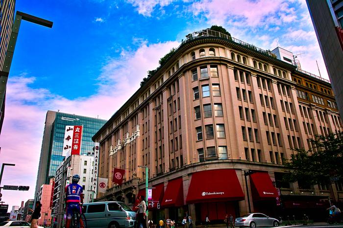 日本橋といえば、老舗中の老舗、「日本橋高島屋」「日本橋三越本店」があることでも知られています。 高島屋は、1831年、京都烏丸に古着の木綿商として創業し、1933年に現在の日本橋店が開店したそうです。日本の百貨店建築を代表する建物のひとつとして、2009年に百貨店初の重要文化財に指定されました。そして、高島屋といえば、案内係が手動で操作するエレベーターが有名ですが、今もなお、昔と変わらないスタイルでお客様をお迎えしています。