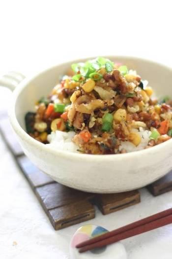 『納豆そぼろ丼』  天かすのサクサク感、スイートコーンのプチプチと、納豆のねばねば感を楽しむレシピ。ニンジンを入れて彩りもアップ。