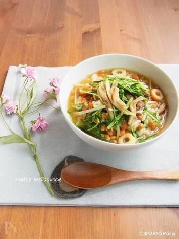 『栄養満点 ☆ 納豆雑炊』  お野菜たっぷり、旨味もいっぱいのとろとろ納豆雑炊。とろねばの納豆とシャキシャキの野菜がご飯によくからみ、食べると朝から元気が出そう。