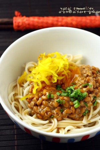 『納豆&たくあんの冷やしうどん』  たくあんの鮮やかな黄色が美しいレシピ。包丁を使わずパパッとお手軽にできます。